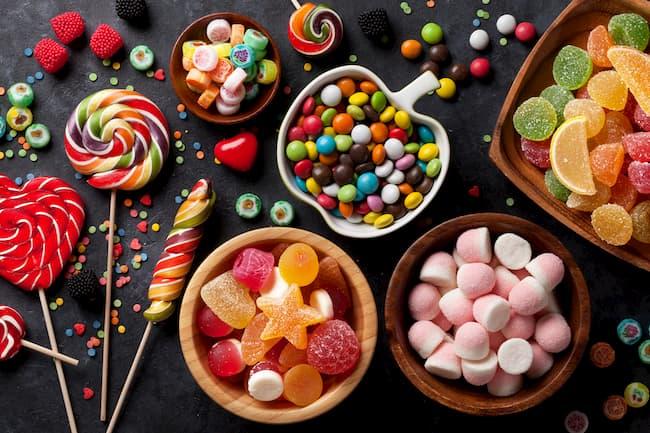 конфеты и другие кондитерские изделия с красителем
